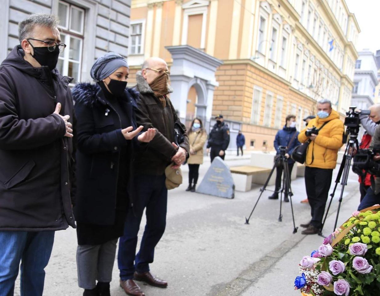 Obilježena 27. godišnjica: Položeno cvijeće na mjestu masakra ispred OŠ Safvet-beg Bašagić