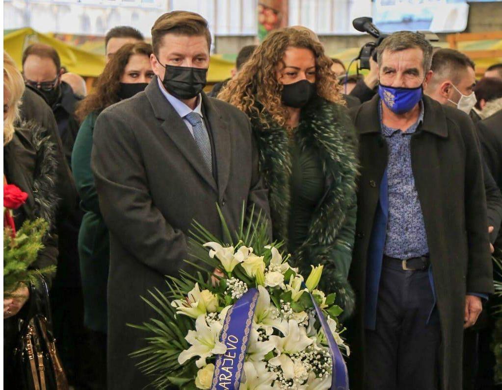 Sjećanje na ubijene na Markalama: Delegacija Grada Sarajeva odala počast i položila cvijeće na spomen-obilježje