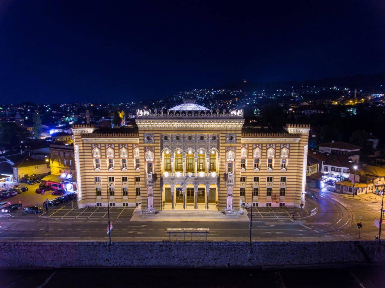 Vijećnica na godišnjicu paljenja dobila novo osvjetljenje: Sarajevski simbol izgleda čarobnije nego ikad!